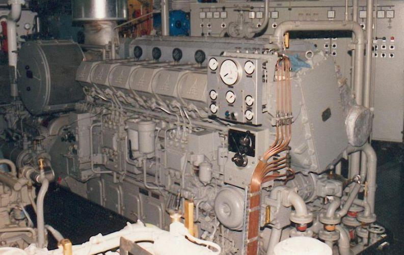 Titelbild: Hier darf der Diesel aus Klärschlamm schon verwendet werden: 6-Zylinder-V-Schiffsmotor von Deutz. Foto: Frila / Wikimedia