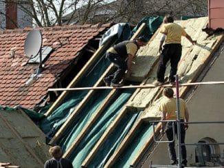 Vorschaubild: Dachdecker beim Verlegen von Steinwollematten zur Dachisolierung an einem Altbau. Foto: Armin Kübelbeck / Wikimedia / Linzenz unter CC-BY-SA