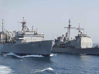 Der Raketenträger USS Normandy und das Versorgungsschiff USNS Arctic im Arabischen Golf. Trotz zunehmender Unabhängigkeit vom Öl der Golfstaaten halten die USA ihr militärisches Engagement dort aufrecht. Foto: navy.mil