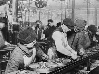 Workers on the first moving assembly line put together magnetos and flywheels for 1913 Ford autos, Highland Park, Michigan / Wikimedia / gemeinfrei