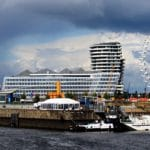 Die in Hamburg liegende LNG-Powerbarge von Becker Marine versorgt die AidaSol mit Strom. Foto: Dr. Karl-Heinz Hochhaus / Wikimedia / unter Lizenz CC BY 3.0
