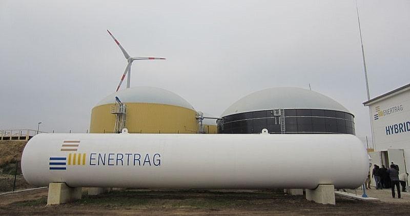 Gasspeicher, Biogasanlage und Windkraftanlage im Hybridkraftwerk Prenzlau. Foto: Hannob / Wikimedia / Lizenz unter CC0