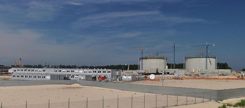 Der im Bau befindliche LNG-Terminal von Świnoujście. Foto: YarluFileBot / Wikimedia / Lizenz unter CC BY-SA 3.0