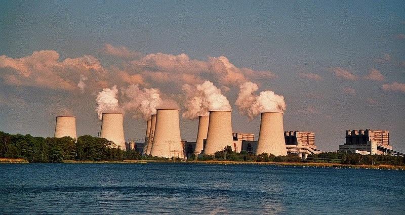 Teile des Kraftwerks Jänschwalde von Vattenfall verbleiben in der unsinnigen Kohlereserve: Foto J.-H. Janßen / Wikimedia / Lizenz unter CC BY-SA 3.0