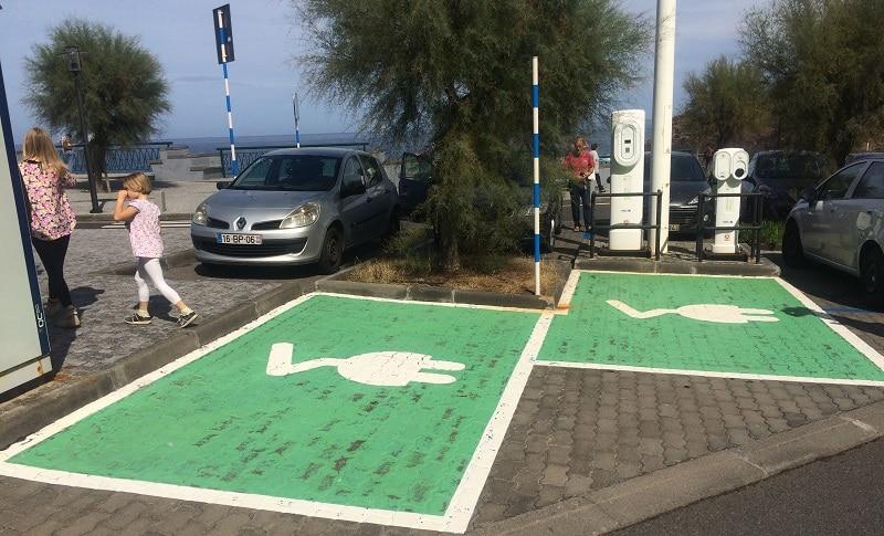 Fern jeder deutschen Ladesäulenverordnung: E-Parkplätze mit Ladesäule auf Madeira. Foto: Urbansky