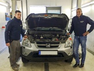 Werkstattmeister René Fürst (links) und Sékou Timplan planen eine Umrüstung. Foto: Urbansky