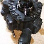 Kann schon bei geringen Anteilen an Ottokraftstoff Schaden nehmen: Common-Rail-Dieselpumpe. Foto: Stahlkocher / Wikimedia