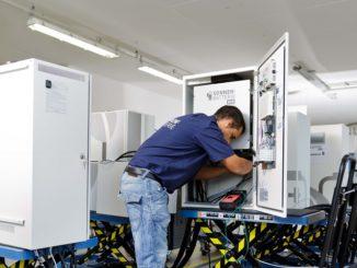 Endprüfung eines Solarspeichers. Foto: Sonnenbatterie