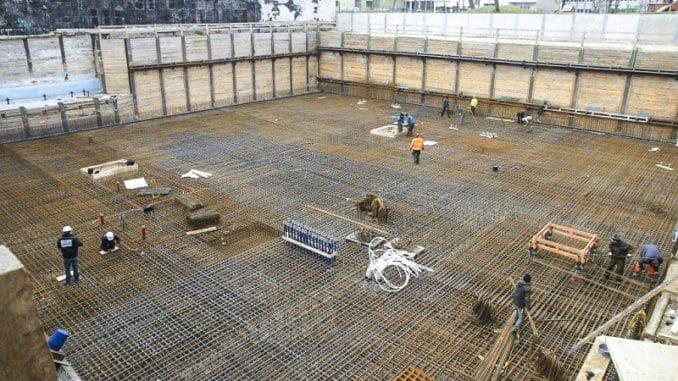 Die Kupferschlangen für die Wärmepumpe wurden vor der Stahlarmierung in den Boden verlegt. Foto: Geo-En