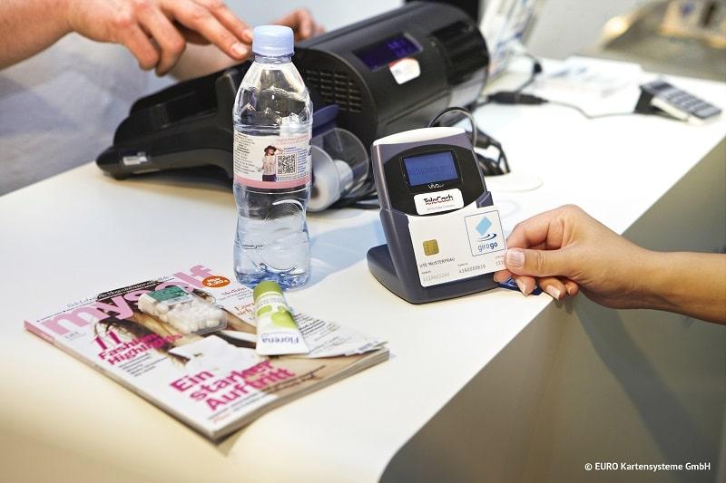Kontaktlos zahlen auch an der Tankstelle – einfach, schnell und sicher. Foto: girogo