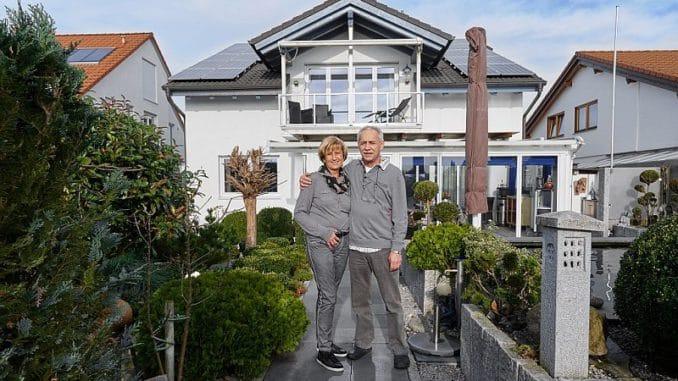 Ehepaar Klys vor ihrem Heim mit dem eigenen Kraftwerk. Foto: Cleantech Media