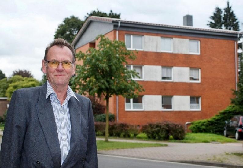 Thomas Henne vor dem fast autarken Mehrfamilienhaus. Foto: Cleantech Media