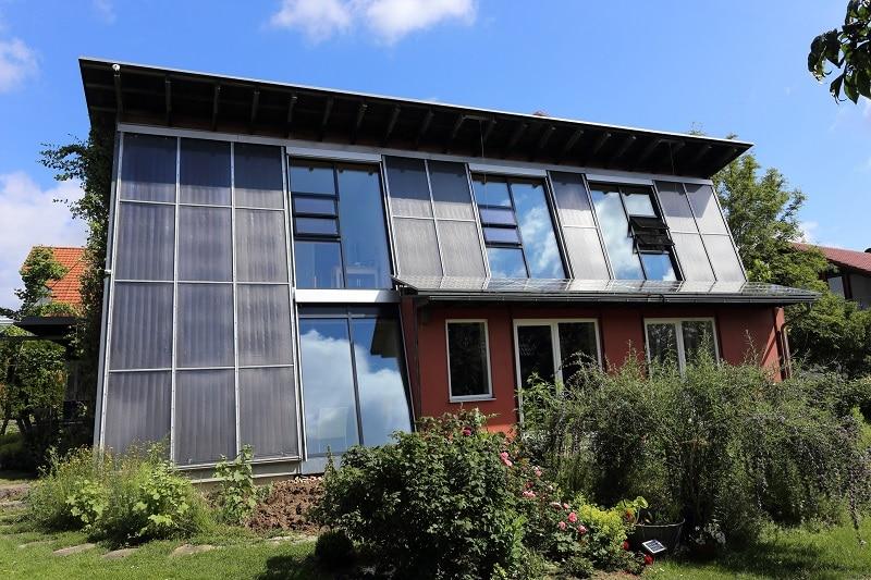 SolarAktivHäuser wie das in Freiburg heizen hauptsächlich mit Sonnenwärme. Forscher haben wissenschaftlich untersucht, wie sich deren Energiekonzept weiter optimieren lässt und wurden dabei vom Bund gefördert. Foto: Klaus Lambrecht, www.solaroffice.de