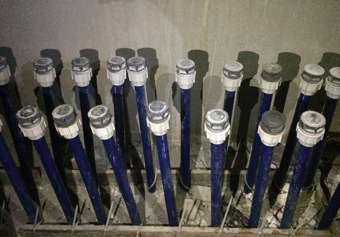Anschlüsse für die Wärmepumpe im Fundamentspeicher. Foto: Urbansky