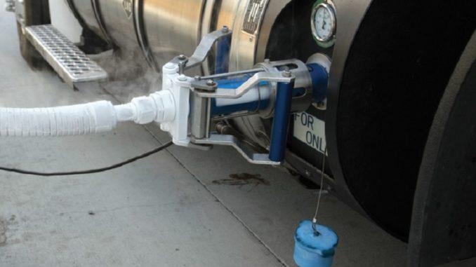 Kaum komplizierter als beim Diesel: Tankvorgang mit LNG. Fotoerdgas mobil