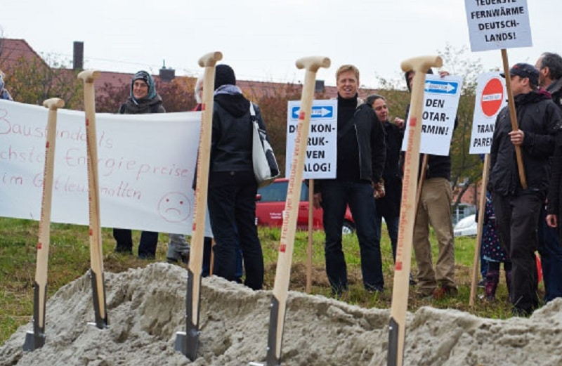 Protestierer gegen hohe Kosten für Nahwärme in Gutleutmatten, Foto: freiburg-gutleutmatten.de