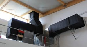 Die Wechselrichter der PV-Analge (Bild oben) sind in diesen Rohren einer Luftwärmepumpe untergebracht, die so deren Verlustwärme nutzt. Fotos: Urbansky