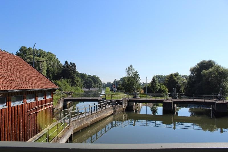 Links wird das Wasser von der Günz (rechts) abgezweigt und auf 6,8 m Höhe den Turbinen im ca. 1 km entfernten Kraftwerk zugeführt.