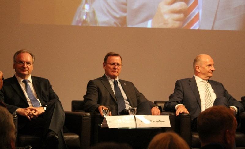 Drei Stühle, zwei Meinungen zur Energiewende: Die Ministerpräsidenten Reiner Haselhoff, Bodo Ramelow und Dietmar Woidke (von links). Foto: Urbansky