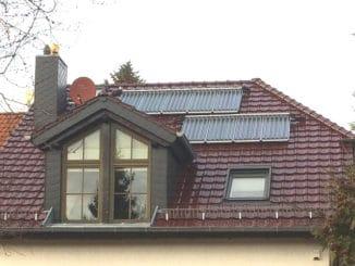 Im Falle einer umfassenden energetischen Sanierung mit Erneuerung des Daches lohnt sich eine Solarthermieanlage, wie hier zur Unterstützung des Heizungskreislaufes. Foto: Urbansky EnEV, Heizung, Hybride, Kesseltausch