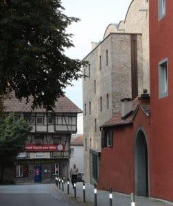 Die Ziegelfassade des preisgekrönten Museums beherbergt eine 24 cm starke Mineralwolldämung, die auch im Dach ausgeführt wurde (Foto oben). Fotos: Urbansky Dämmung, Passivhaus, Gas-Absorptionspumpe