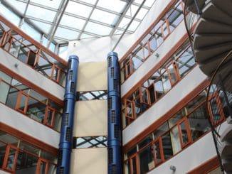 Wärme und Kühle kommen im Atrium des Energon aus den Säulen in der Mitte. Foto: Urbansky Lüftung, Kühlung, Erdwärme, Wärmepuimpe, Passivhaus, Betonkernaktivierung