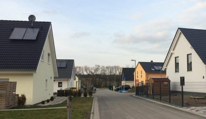 Solarthermische Anlagen wie hier zur Warmwassererwärmung sind heutzutage Standard im Neubau. Als Heizungsunterstützung könnten sie bis zu 50 Prozent an fossiler Wärmeenergie sparen. Foto: Urbansky