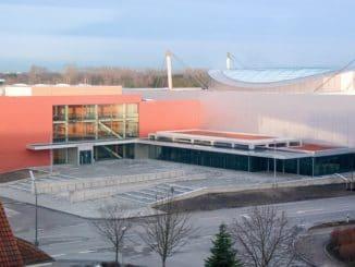 Wird mit Wärmepumpen im Contracting beheizt und gekühlt: Das BallhausForum in Unterschleißheim. Foto: Südwärme Wärmepumpe Contracting, JAZ, Photovoltaik