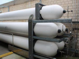Die Logistik für den Brennstoffzellen-Treibstoff Wasserstoff, hier die Druckbehälter an einer Tankstelle in Berlin, hinkt noch hinterher. Das will ein aktuelles Regierungsprogramm ändern. Foto: Urbansky Brennstoffzelle, Wasserstoff, NIP, Bundesregierung, Förderung
