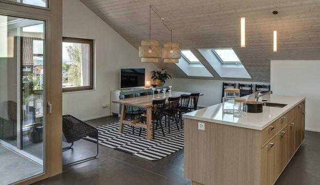 Wohnung in einem komplett energieautarken Mehrfamilienhaus in Brütten in der Schweiz. Die meisten Planer nutzen jedoch weiterhin Netze, um den restlichen Energiebedarf von Niedrigstenergiegebäuden oder Passivhäusern zu decken. Foto: Umwelt Arena Energieautarkie, Wärmemarkt, Gebäude