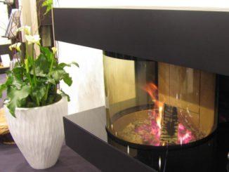Kann mehr als nur ein gemütliches Feuer: Ein moderner Kaminofen speist Wärmeenergie in den Heizkreislauf des Heizungssystems ein. Foto: Urbansky Kamin, Kaminofen, Holz, Wassertasche