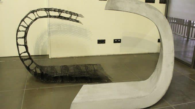 Nicht nur Formenvielfalt, auch Multifunktionalität erlaubt Carbonbeton, links eine Bewehrung, rechts das fertige Betonelement. Carbonbeton, C3, Carbon Concrete Composite, Photovoltaik