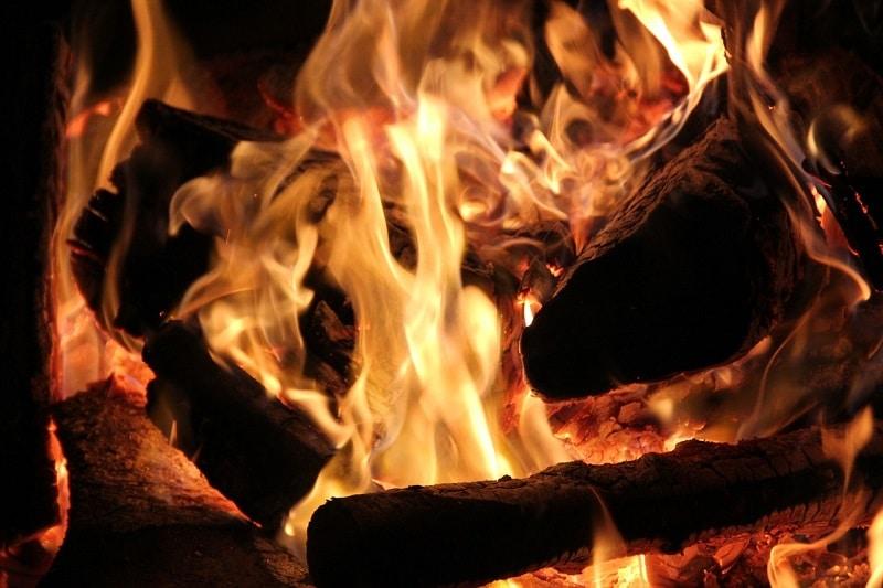 Foto: PixelAnarchy / pixabay Festbrennstoffkessel, Festbrennstoffe, Heizung, Brennholz, Förderung