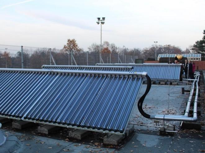 Dafür würde keine CO2-Steuer fällig: große solarthermische Anlage. Foto: Urbansky