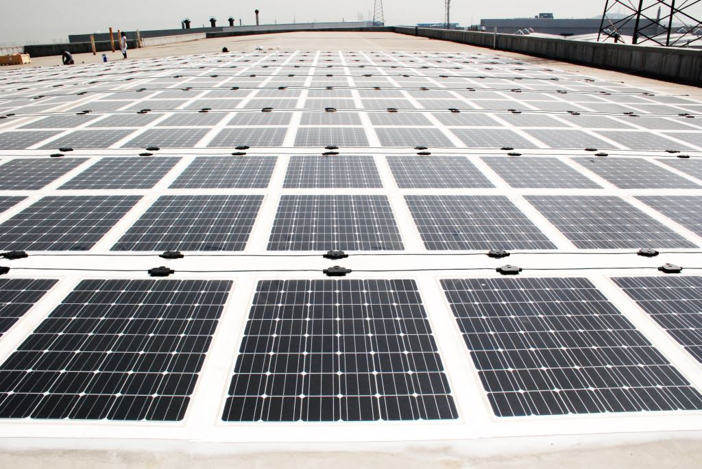 Lastminimierung und Leistungsoptimierung versprechen die rahmenlosen Glas-Folienmodule von Solarion. Foto: Solarion PV, Photovoltaik, Dach