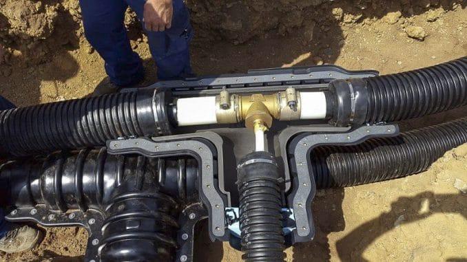 Detail eines kalten Wärmenetzes mit Anschluss zu einem Abnehmer. Eine Isolierung ist nicht nötig, die Verlegung ist unkompliziert. Foto: Stadtwerk Haßfurt Wärmenetz, Nahwärme, Wärmepumpe