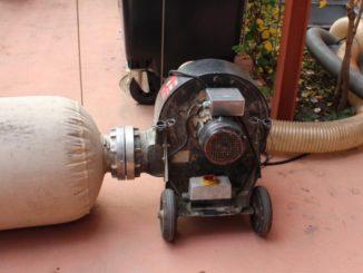 Bei der Einlagerung von Pellets ist auf Staubfreiheit zu achten. Dafür sorgt der Staubfänger (links im Bild), der vor dem Einblasen der Pellets (rechts) die Staubpartikel ausfiltert. Foto: Urbansky Pelletheizung Wärmemarkt, Heiztechnik