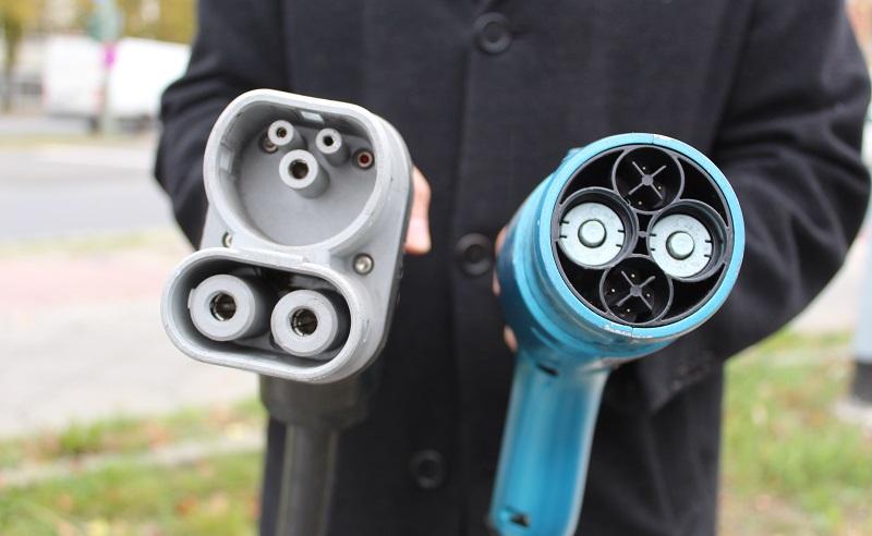 """Unterschiedliche Standards sind beim Stromtanken immer noch """"Standard"""", hier der japanische CHAdeMO-Stecker (rechts) und der Combo 2. Foto: Urbansky"""