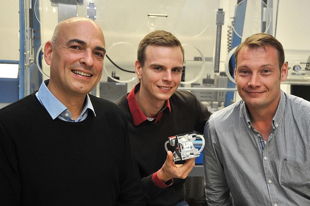 Das Jenaer Forscherteam um Prof. Dr. Ulrich S. Schubert (links), Tobias Janoschka (Mitte) und Dr. Martin Hager entwickelten die polymere Redox-Flow-Batterie. Foto: Anne Günther / Friedrich-Schiller-Universität Jena Speicher, ReduxFlow, Batterie