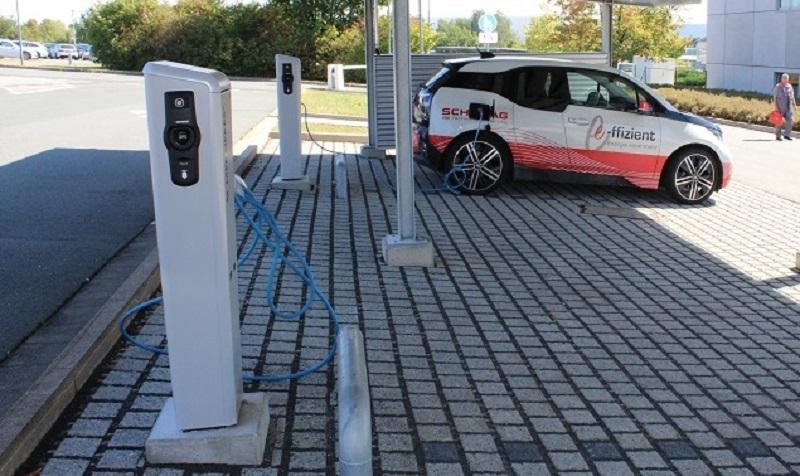 Bei entsprechend großer Auslegung einer PV-Anlage lässt sich auch ein Großverbraucher wie ein E-Mobil mit einbinden. Foto: Urbansky