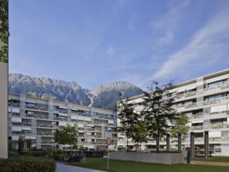 Malerisch vor den Alpen gelegen und energieeffizient: Das Lodenareal der Neuen Heimat Tirol in Innsbruck. Foto: NHT