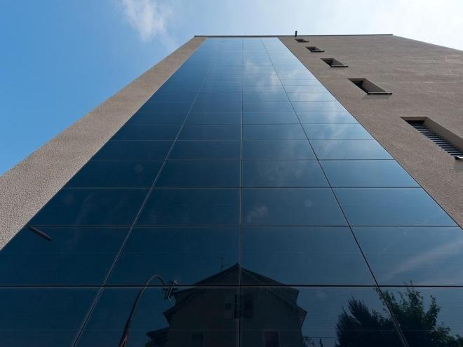 Photovolatik, hier mit fassadenintegrierten Modulen, ist eine der Lösungen für die Versorgung von Quartieren mit erneuerbaren Energien. Sto / Jens Hagen, Königsfeld