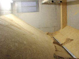 Blick in ein Pelletlager. Gut zu erkennen sind die Schrägen, die das Nachrutschen der Pellets gewährleisten. Foto: Urbansky