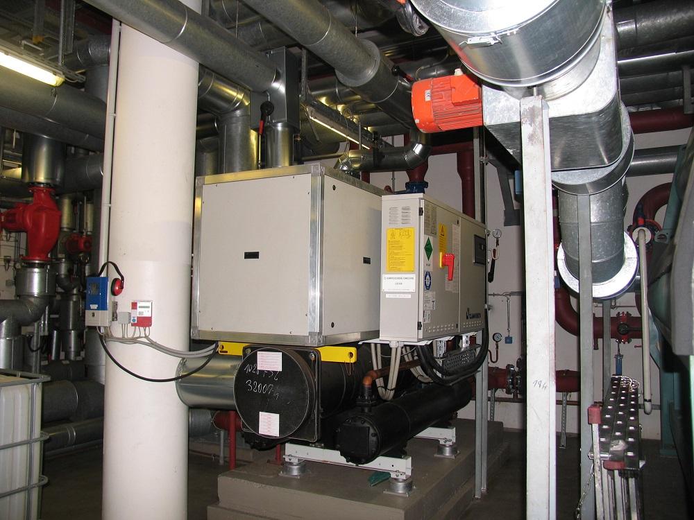 Adsorptionskältemaschine, die von der Abwärme zweier Blockheizkraftwerke gespeist wird und ein Bürogebäude mit über 600 Arbeitsplätzen kühlt. Frank Urbansky