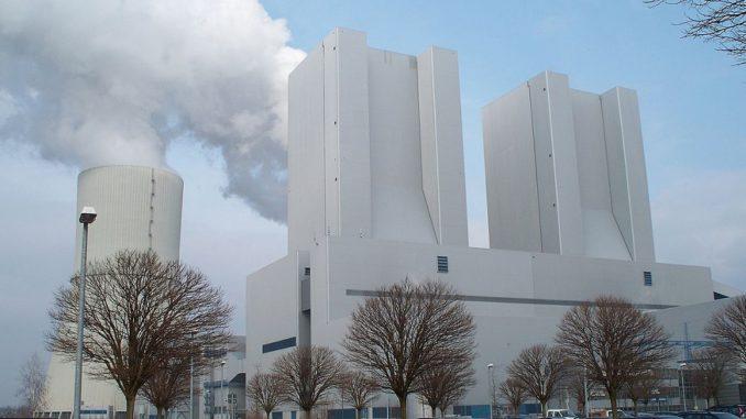 Selbst das modernsten Kohlekraftwerk, wie hier Lippendorf, stößt massenhaft CO2 aus. Aber auch rein ökonomische Gründe sprechen gegen Braunkohl als Partner der Energiewende. Foto: High Contrast / Wikimedia / Lizenz unter CC BY 3.0 de