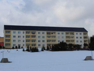 Besonders im Winter schützen gut isolierte Fenstergläser und lassen die wenigen Sonnenstrahlen als Wärmeenergie in die Wohnräume. Foto: Urbansky