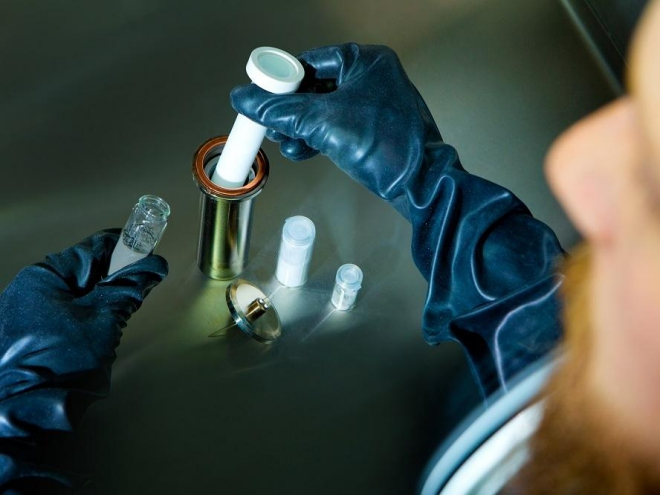 Zusammenbau einer Cerenergy-Batteriezelle für die stationäre Energiespeicherung. Foto: Fraunhofer IKTS