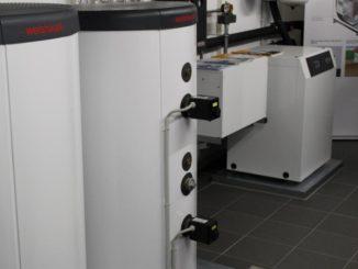 Ein Heizstab in diesem Warmwasserspeicher wird durch den Strom einer hauseigenen PV-Anlage betrieben, indem nur der überschüssige Strom zum Heizen des Kessels genutzt wird. Foto: Urbansky
