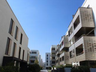 Vollautomatische Verschattungen (links) und vorgehängte Fassadenteile an Balkonen mildern die Hitzeeinstrahlung. Foto: Urbansky