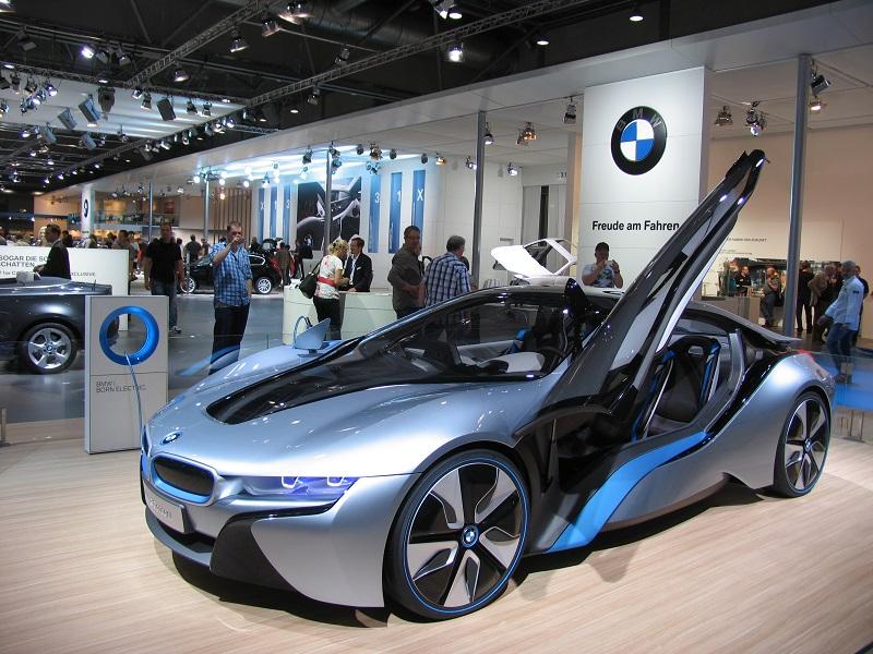 Die Carbonkarosse des Supersportlers i8 ist zwar superleicht, wird aber letztlich aus Erdöl hergestellt. Foto: Urbansky